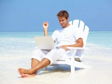 Otdyhajuwij-chelovek-na-rabote-220x165 Что вам дает возможность иметь заработок в Интернете на дому