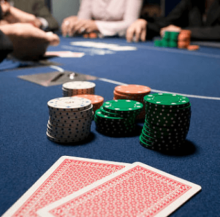 pravilnaya-igra-v-online-poker-220x217 Как правильно играть в покер чтобы выигрывать